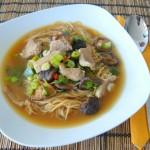 Sauer-Scharfe Thai Nudel-Suppe mit Schweinefleisch und Pilzen