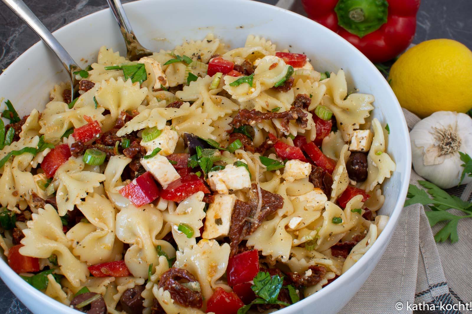 Mediterraner Nudelsalat Mit Oliven Getrockneten Tomaten Und Paprika