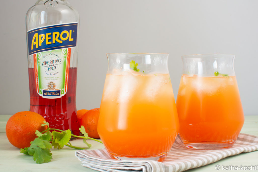 Aperol Spritz mit Orangensaft und Koriander