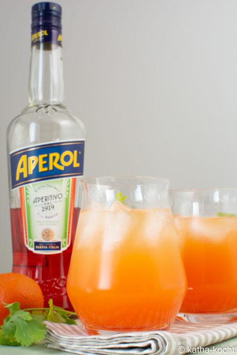 Aperol-Spritz mit Orangensaft und Koriander