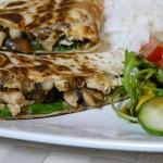 Hähnchen Quesadilla mit Salat, Reis und Dips