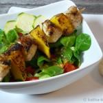 Mango-Hähnchenspieße und Salat mit Passionsfrucht-Dressing