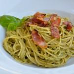 Spaghetti mit Rucola-Pesto und Tiroler Speck