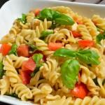 Nudelsalat mit Tomate und Mozzarella