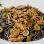 Schwarze Spaghetti mit Thunfisch und Oliven