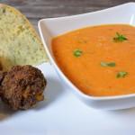 Tomaten-Pflaumen Suppe mit Dattel-Hackbällchen