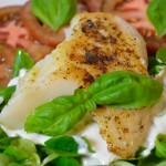 Limetten-Kabeljau mit Joghurtsauce auf Salat