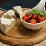 Käse mit Kirschtomaten-Vanille Kompott