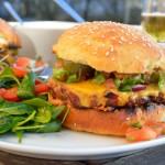 Chili Burger mit Koriander Salsa und Jalapenos