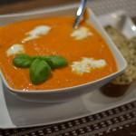 Tomaten-Paprika Suppe mit Büffelmozzarella
