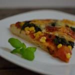 Salami Pizza mit Spinat und Mais