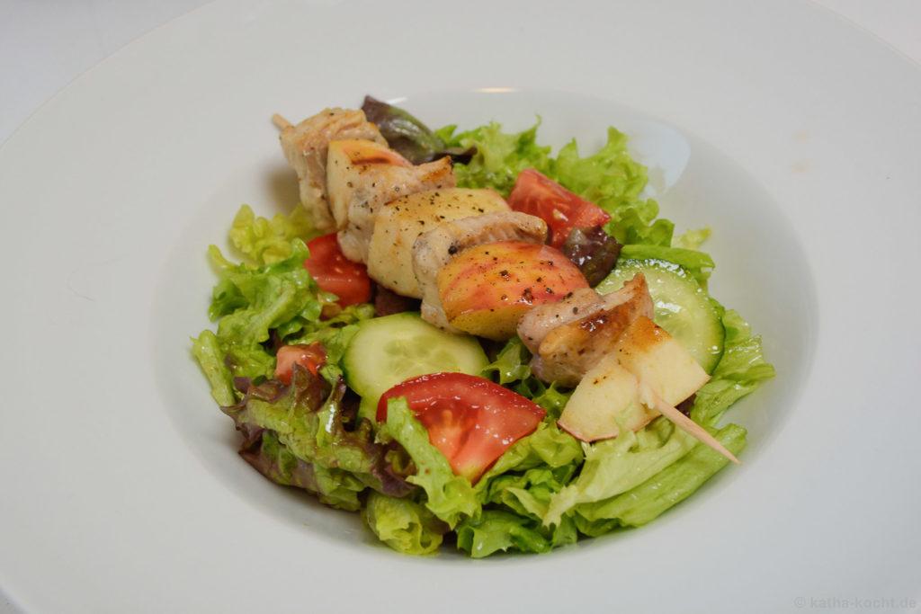 Salat mit Wels-Apfel Spießen