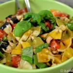 Bunter Nudelsalat mit Walnüssen und Tomaten