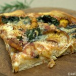 Mangold-Pfifferlings-Pizza mit toskanischer Salami
