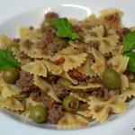 Farfalle mit Hackfleisch, Oliven und getrockneten Tomaten
