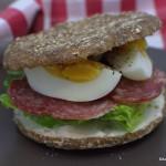 Vollkornsandwich mit Salami und Ei