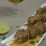 Curry-Wurstbällchen am Spieß