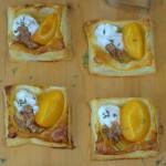Herzige Blätterteigteilchen mit Aprikosen und Ziegenkäse