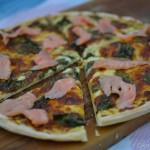 Pizza mit Mangold und Räucherlachs auf Honig-Senf-Sauce