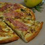 Spätsommer Pizza mit Birne und Schinken