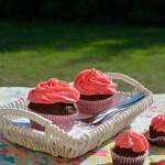 Schokocupcakes mit rosa Frischkäsefrosting