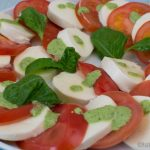 Tomate-Mozzarella Salat mit Basilikum Pesto