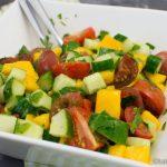 Bunter Mango-Gurke Salat