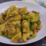 Rosenkohlpfanne mit Speck und Kartoffelklößen