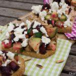 Brot mit Rote Bete-Avocado Salat, Hähnchen und Feta