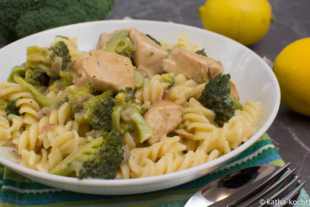Pasta mit Hähnchen und Brokkoli in Senf-Sahnesauce