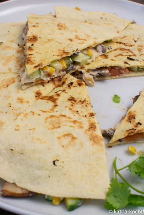 Lachs-Tortillas mit Pilzen und Erdnusssauce