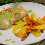 Lachs mit Basilikumsauce und Kartoffel-Karotten-Pommes