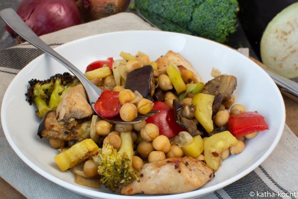 Ofengemüse mit Hähnchen und Kichererbsen