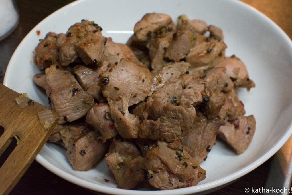 Puten-Spitzkohlpfanne mit Nudeln