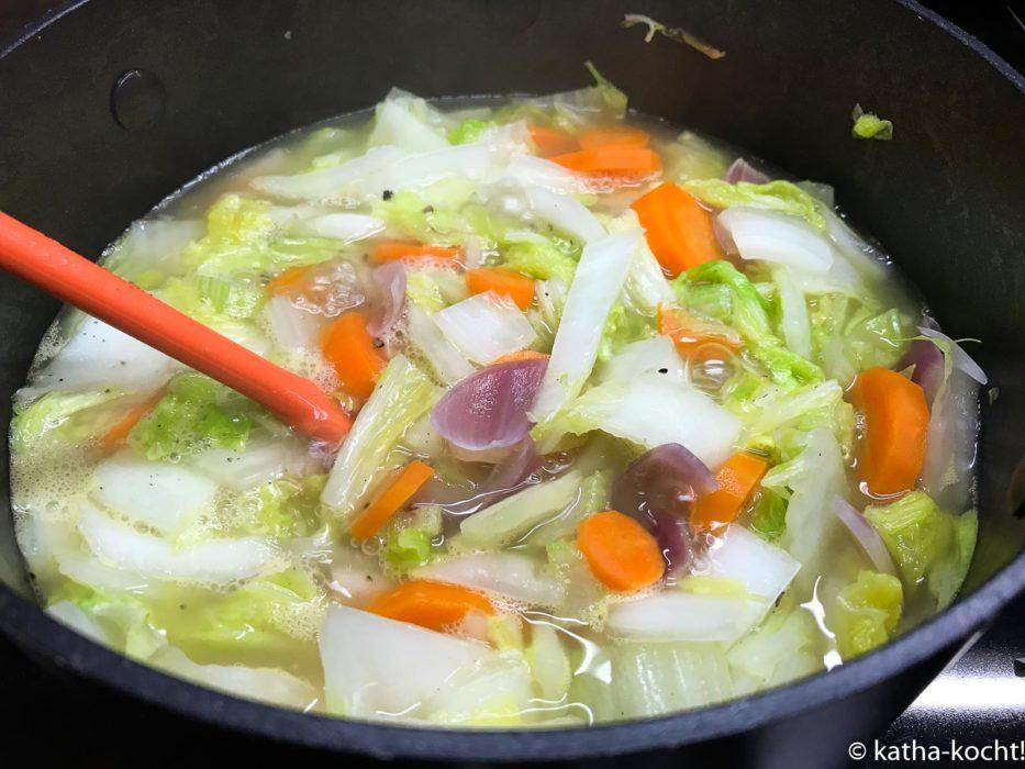 Karotten-Erdnussbuttersuppe mit Chinakohl