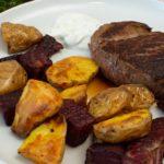 Rinderfilet mit roter Bete und Kartoffelspalten
