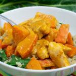 Hähnchen-Kürbispfanne mit Erdnusssauce und Mangold-Quinoa