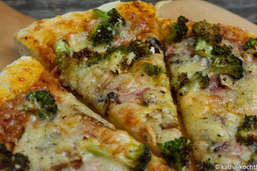 Salamipizza mit Brokkoli und Pilzen