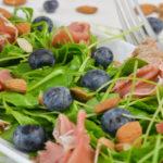 Rucolasalat mit Heidelbeeren und Schinken
