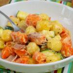 Cremige Gnocchi mit Gemüse und Kochschinken