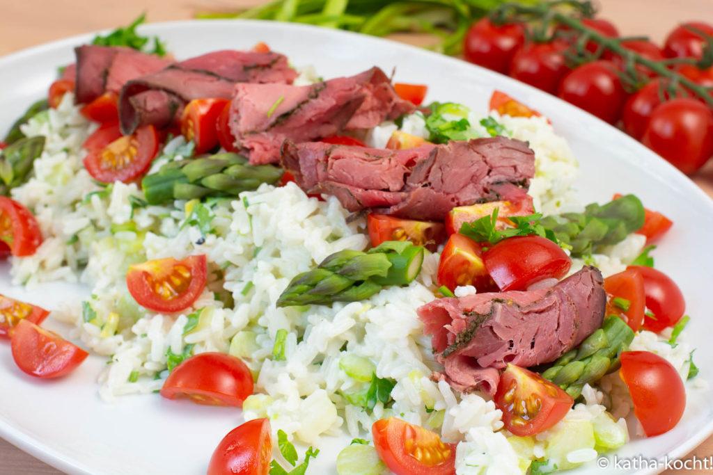 Rinderaufschnitt auf Reis und Spargel
