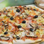 Salami-Schinkenpizza mit Artischocken und Oliven