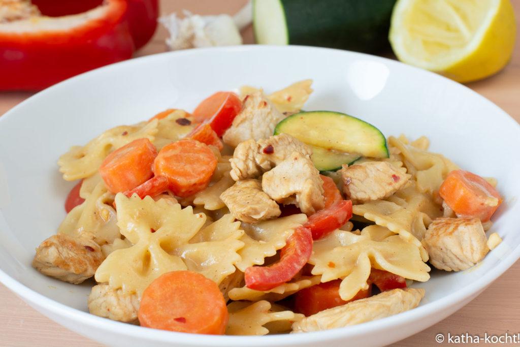 Scharfe Pasta mit Gemüse und Erdnusssauce
