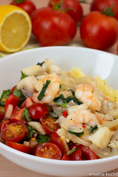 Seafood mit Tomaten auf Kartoffelpüree