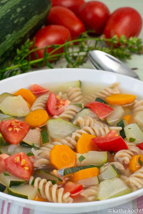Sommerlicher Zucchini-Nudeltopf