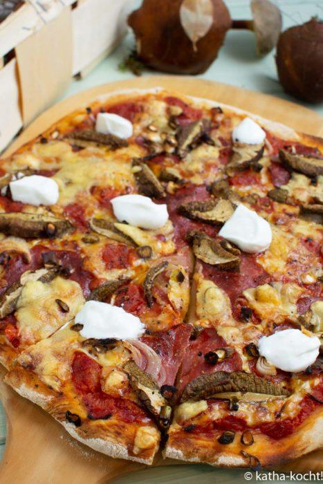 Salamipizza mit Maronen und Creme fraîche