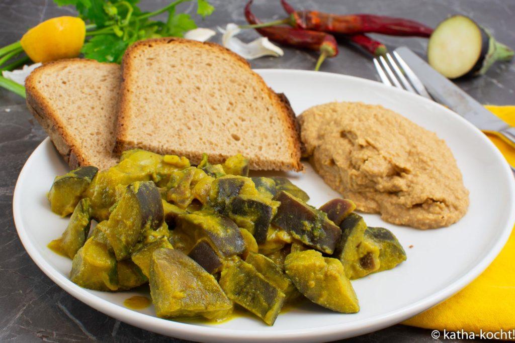 Auberginen-Kokos-Curry mit Hummus und Brot