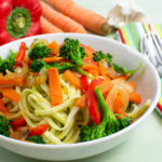 Soba-Nudeln mit Avocado-Gemüsesauce