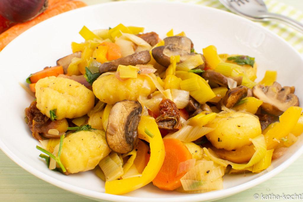 Bunte Gnocchipfanne mit Pilzen und Paprika