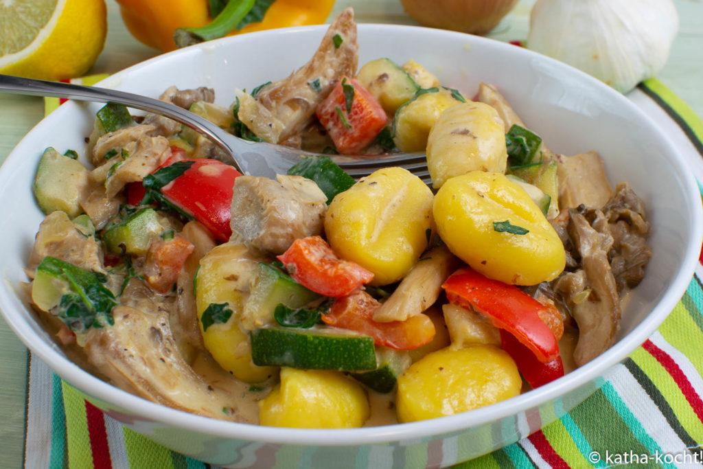 Gnocchi mit Austernpilzen und Gemüse in Sahnesauce